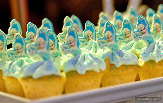 A plate of Elsa cupcakes.