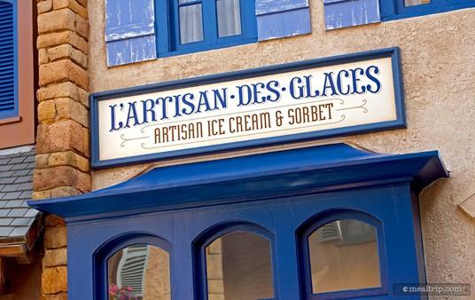 Main sign above L'artisan des Glaces.